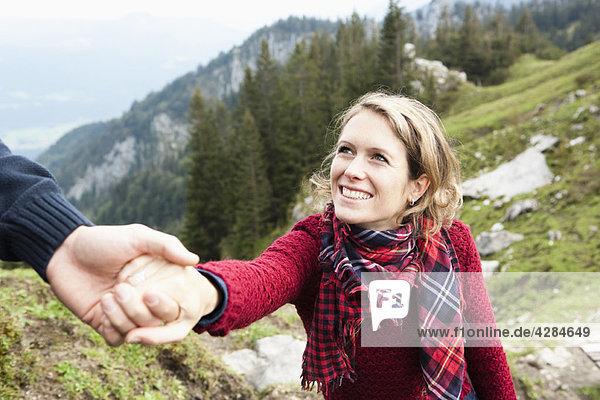 Mann hilft Frau