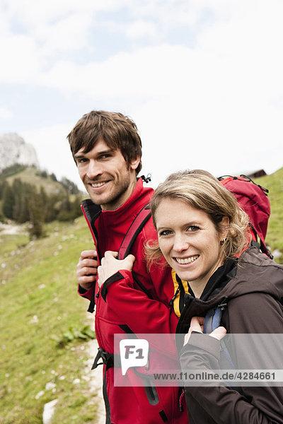 Wanderpaar mit Blick auf die Kamera