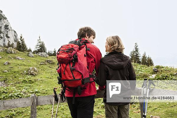 Wanderpaar auf dem Zaun ruhend