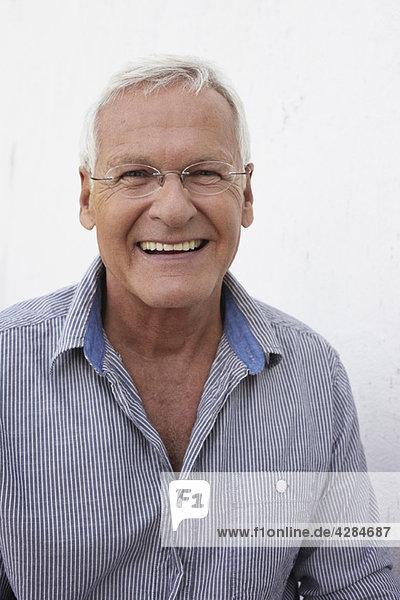 Älterer Mann lächelt zur Kamera