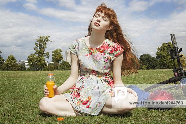 Frau entspannt sich im Park