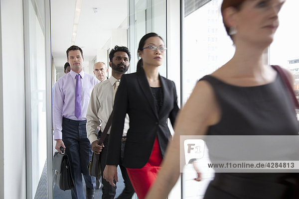 Geschäftsleute stürmen an der Kamera vorbei