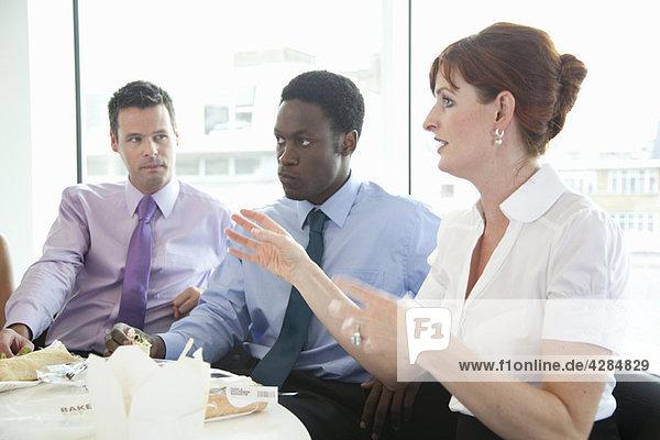 Diskussion beim Geschäftsessen