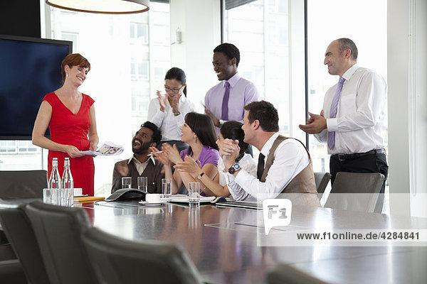 Kollegen  die der Geschäftsfrau zuhören
