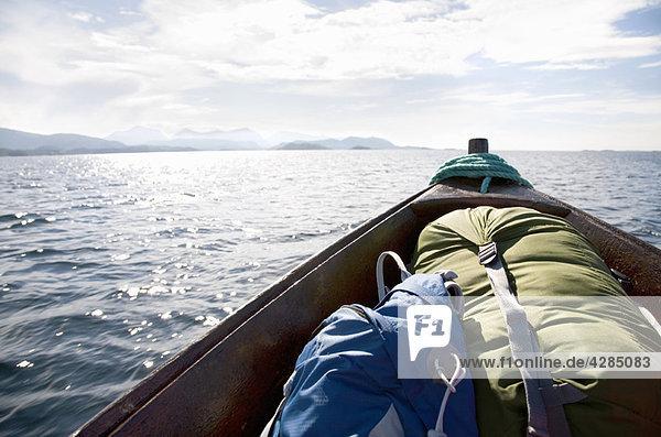 Bug eines Holzbootes mit Rucksäcken