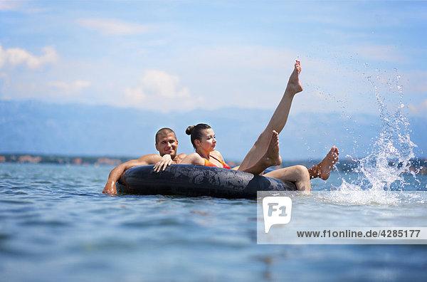 Paar Schwimmen am Strand