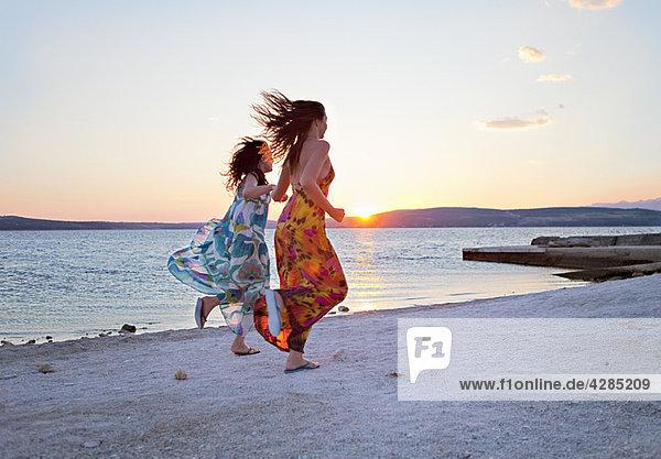 Frauen beim Laufen am Strand