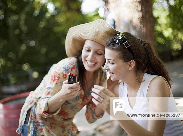 Junge Frauen auf dem Handy