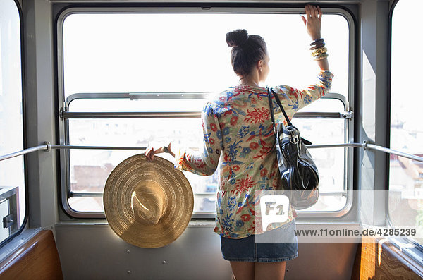 Frau fährt mit der Standseilbahn