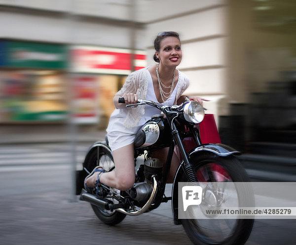 Junge Frau auf dem Motorrad