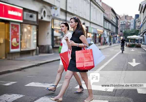 Junge Frauen beim Einkauf