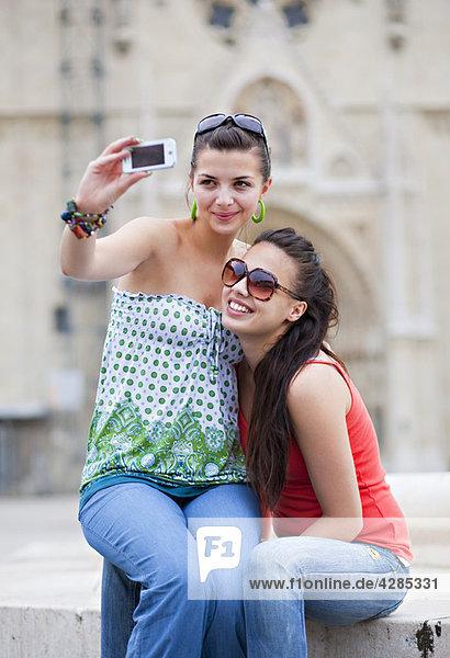 Junge Frauen fotografieren sich selbst