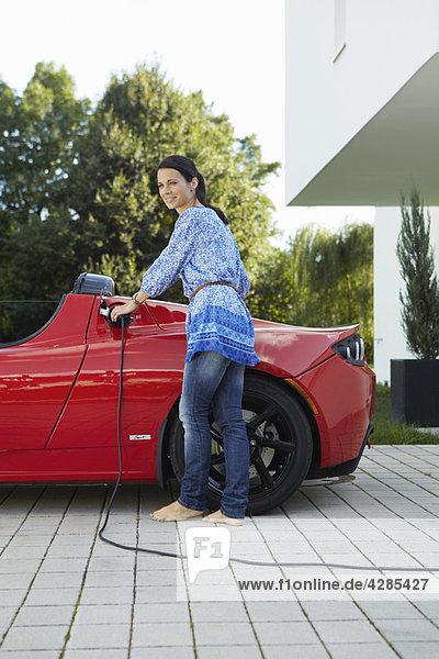 Frauen füllen ihr Elektroauto auf