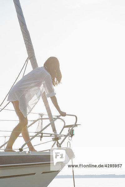 Mädchen klettern vor dem Boot