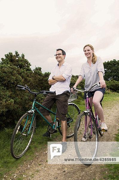 Glückliches Paar entspannt sich auf dem Fahrrad