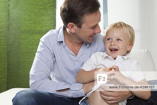 Vater umarmender Sohn