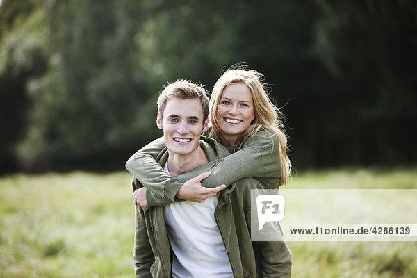 Junges Paar in der Natur