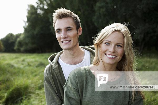 Junges Paar in der Natur stehend