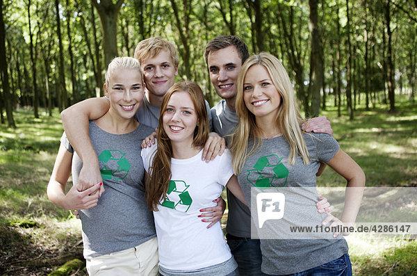Jugendliche posieren für ein Gruppenbild