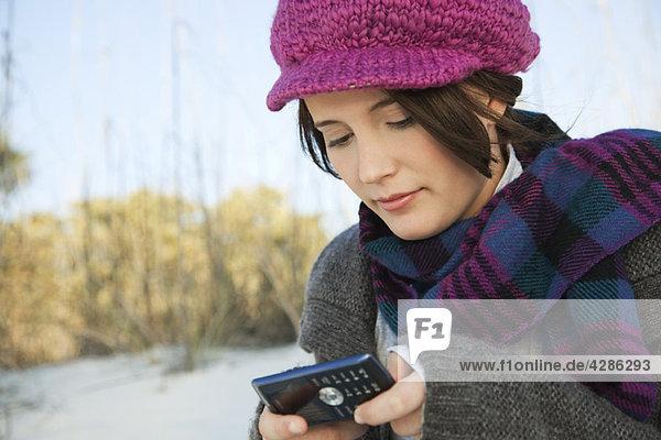 Teenager Mädchen SMS am Strand