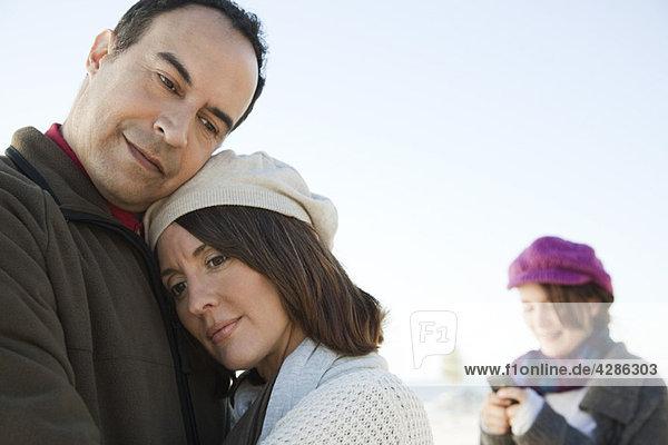 Reife Paare  die sich im Freien umarmen