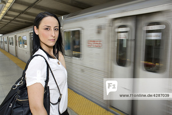 Frau steht am u-Bahn Plattform  Toronto  Ontario  Kanada