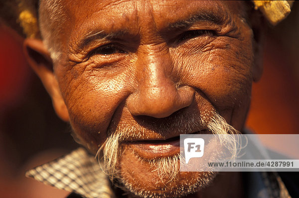Älterer Mann lächelnd  Porträt