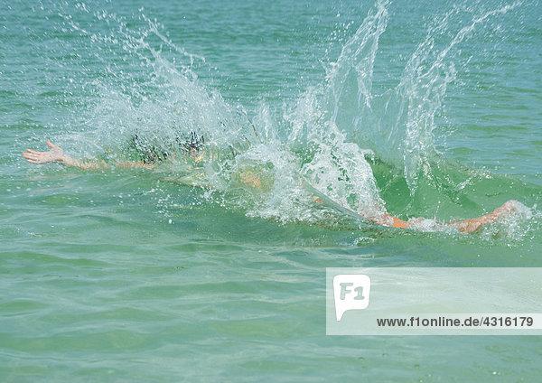 Spritzer im Meer  nachdem der Mensch wieder ins Wasser gefallen ist.