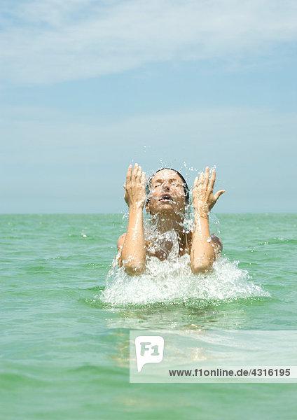 Frau im Meer plätscherndes Gesicht