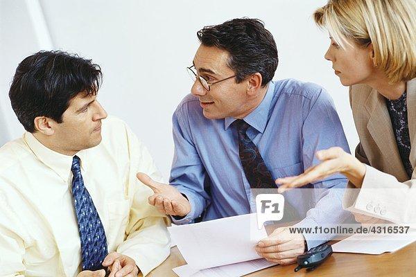 Geschäftskollegen  die Mitarbeiter befragen