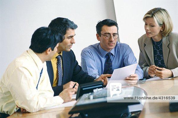 Geschäftskollegen studieren Dokument