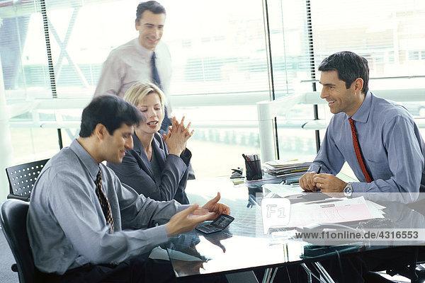 Geschäftskollegen mit lockerer Besprechung