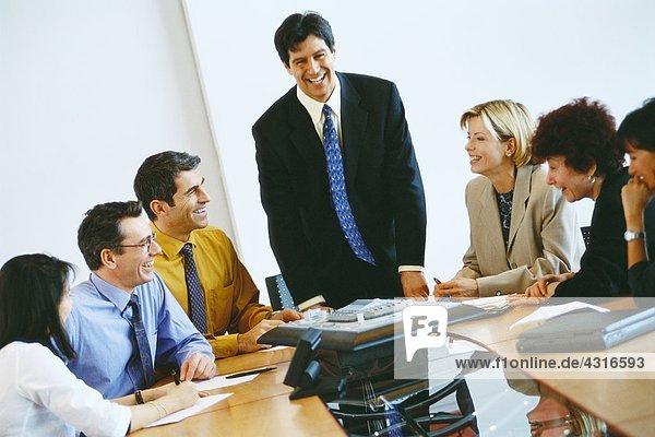 Gruppe von Geschäftspartnern mit Telefonkonferenz