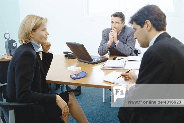Berufspaar im Gespräch mit dem Verkaufsleiter
