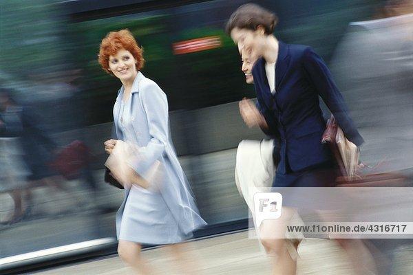 Geschäftsfrauen eilen  verschwommene Bewegung