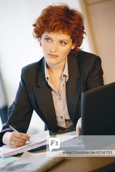 Geschäftsfrau am Schreibtisch sitzend  Portrait