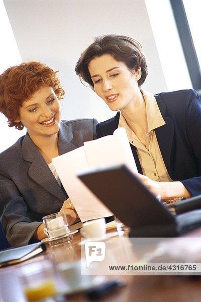 Geschäftsfrau diskutiert Dokument
