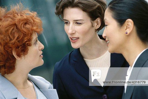 Drei Geschäftsfrauen im Gespräch