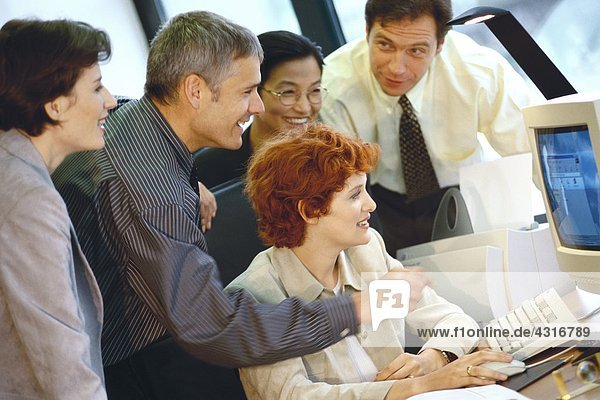 Geschäftspartner gruppiert um Computer