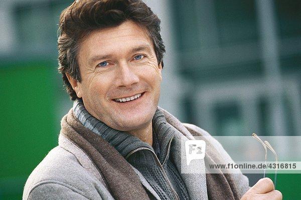 Reifer Mann lächelt