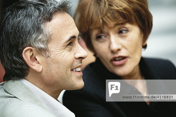 Ein reifes Paar im Gespräch