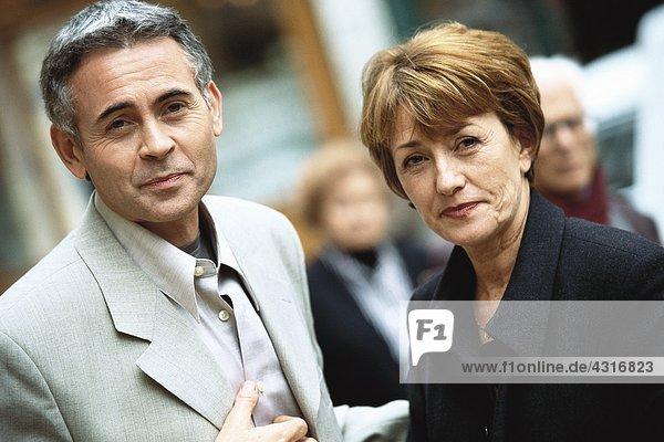 Ein reifes Paar schaut in die Kamera