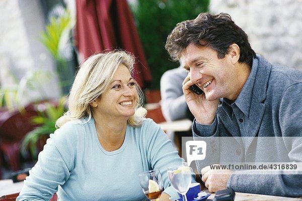 Ein reifes Paar  das im Café sitzt.