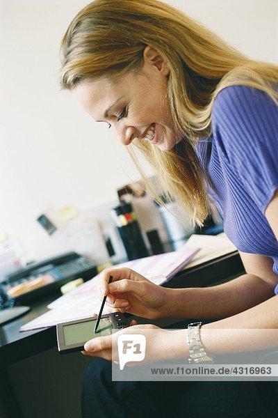 Frau mit elektronischem Organizer