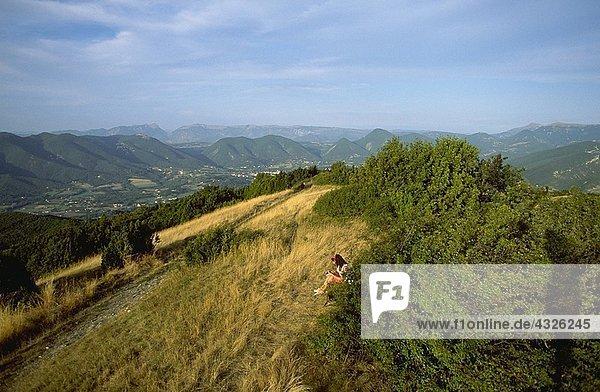 Person in der Nähe von Bäumen  Bergkette im Hintergrund