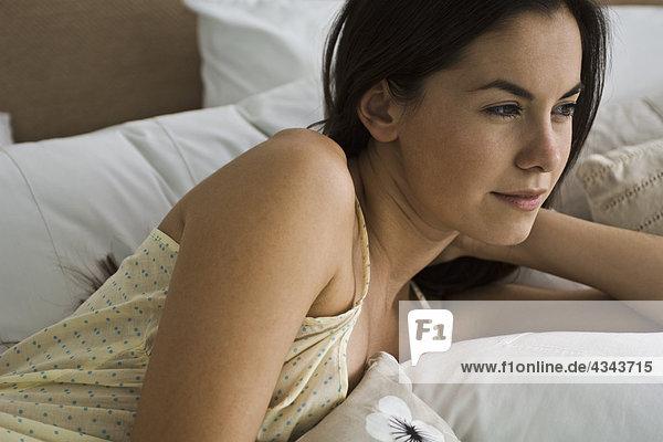 Frau liegend im Bett contemplatively Wegsehen