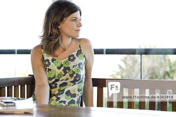 Frau allein am Tisch contemplatively Wegsehen