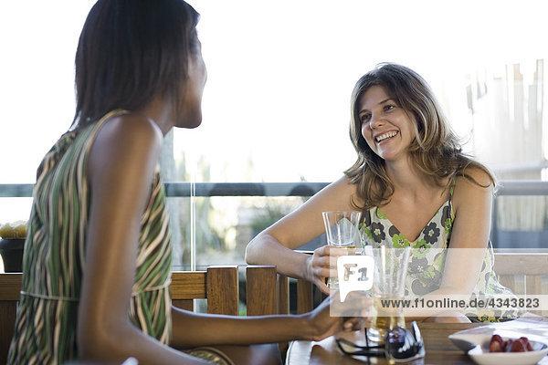 Freunde zusammen mit Getränke