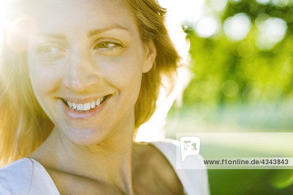 Junge Frau im freien bei sonnigen Tag  portrait