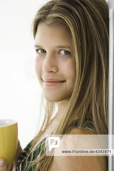 Junge Frau mit Kaffee  Portrait